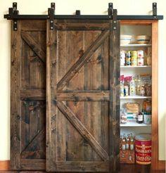 garde-manger ingénieusement caché par une porte coulissante double en bois foncé