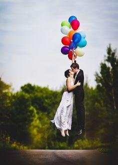 Los novios flotando con globos - Divertidas Ideas para Fotos de Boda Originales | El Blog de una Novia