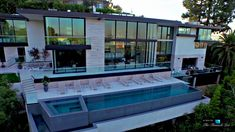 A Modern California House With Spectacular Views. infinity pool with hot tub