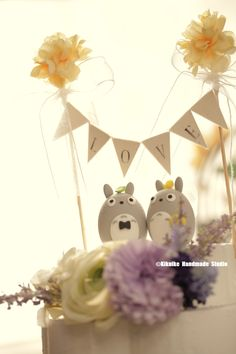 Totoro トトロ bride and groom with cake flower banner MochiEgg wedding cake topper #cakedecor #weddingideas #planning #unique #japanesestyle #characters #cartoons #claydoll #ceremony #weddingthings #flag #gift #marriage #justmarried #結婚式 #kikuikestudio #Boda #Hochzeit #nozze #혼례