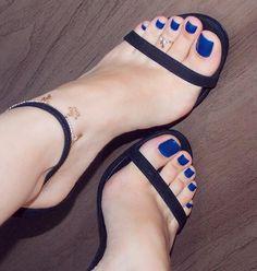 Boa tarde amores!! Fim de semana e feriadinho chegando, amém! Rs Ainda estou pensando se vou viajar.. #pés #feet #feetfetish #pezinhos #pezinhosdobrasil #pesfemininos #podo #podolatria #instafeet #prettyfeet #cutefeet #sexyfeet #beautifulfeet #feetbrazil #feetlovers #perfectfeet #footfetish #pies #pieds #belospezinhos #pedi #pedicure #nails #barefeet #heels #highheels #soles #solas #solinhas