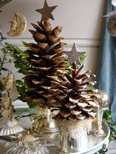 Christmas Decor | Gli alberi di Natale in versione creativa: un idea originale creata con le pigne. Per decorare la tavole delle feste!