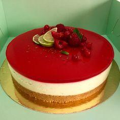 Baka en krämig cheesecake med gelatin som är smaksatt med vanilj, lime och hallon. Servera den som en fin tårta eller skär upp i portionsbitar. Cookie Desserts, Dessert Recipes, Red Velvet Cheesecake, Banana Cream, Gelatin, Cheesecakes, Cake Cookies, Parfait, Panna Cotta
