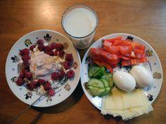 Cottage cheese, skyr og bringebær. Ost, agurk, paprika og egg. Og melk