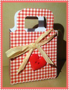 A Sizzix giftbag decorated with a heart and raffia.  Borsettina portaregali in carta decorata con rafia e un cuore rosso.