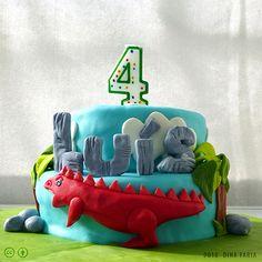 O ano passado o meu sobrinho Luís, na véspera da sua festa de anos, pediu-me para lhe fazer um bolo de aniversário com dinossauros…na véspera à tardinha… Primeiro engoli em seco e depois instalou-se um silêncio que sinceramente não consigo quantificar tal não era o meu pânico. – Tia? Podes...