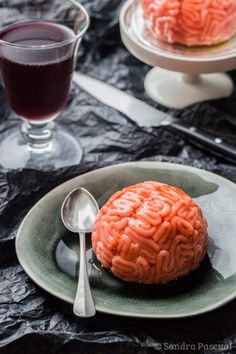 Delicious zombie brains made with a white chocolate mousse, strawberry coulis and marzipan for Halloween! Halloween Food For Adults, Dessert Halloween, Creepy Halloween Food, Halloween Party Appetizers, Halloween Treats For Kids, Halloween Cupcakes, Halloween Decorations, Halloween Costumes, Halloween Eyeballs