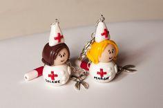 Porte-clés infirmière en pâte fimo personnalisable au prénom de votre choix, fait-main. Matériaux utilisés : fimo,pâte polymère. A découvrir sur www.valenteens.com