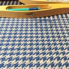Tying treadles a bit differently and going from pinwheels to houndstooth. Really like this, so fun to weave! 😊 #kypert #vävailitenlya #hundtandsmönster #weaversofinstagram #vävning #väva