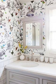 Carta da parati per il bagno con farfalle e uccelli colorati.