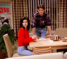 Monica & Chandler Friends TV show - Outfit Fashion Friends Tv Show, Chandler Friends, Monica Friends, Tv: Friends, Serie Friends, Friends Cast, Friends Moments, Friends Forever, Chandler Bing
