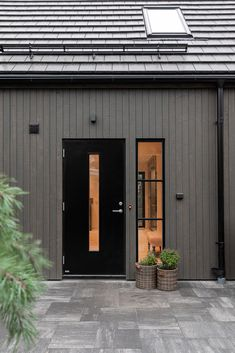 Villa Enhagen i Höllviken — VårgårdaHus House Paint Exterior, Exterior House Colors, Country Farmhouse Exterior, Cottage Design, House Design, Estilo Interior, House Construction Plan, Bungalow Renovation, Exterior Remodel