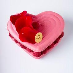 2012 - Cœur Ispahan (Pierre Hermé)  Biscuit macaron à la rose, crème aux pétales de rose, framboises entières, letchis.    Subtile alliance de la crème à la rose, douce et suave, avec le letchi dont la saveur, prolongement de celle de la rose et de la framboise, contraste avec celle-ci par son acidité  et sa puissance, le tout dans une enveloppe moelleuse et craquante de macaron.
