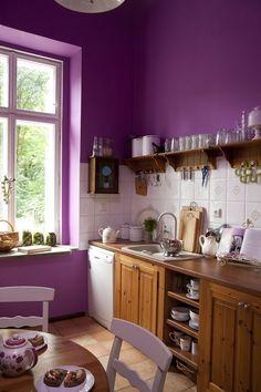 Acho super alegre uma cozinha colorida. Vale tintas nos armários, nas paredes, móveis e acessórios. Beijos...