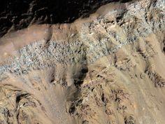 Mars: layered deposits on a crater close to Argyre Basin/ Marte, stratificazione evidente al bordo di un cratere