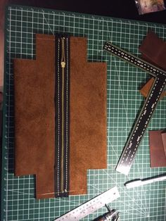 Dopp kit step by step Leather Bag Tutorial, Leather Bag Pattern, Sewing Leather, Leather Diy Crafts, Leather Projects, Leather Craft, Leather Pencil Case, Dopp Kit, Creation Couture