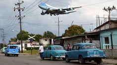 El Air Force One sobrevolando el municipio de Boyeros segundos antes de tomar tierra en el aeropuerto internacional José Martí de La Habana.