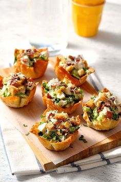Caesar Salad Wonton Cups- Everything tastes better in miniature form! Wonton wrappers are perfect to use for appetizers. Mini Appetizers, Finger Food Appetizers, Finger Foods, Appetizer Recipes, Simple Appetizers, Wonton Recipes, Appetizer Ideas, Snack Recipes, Wonton Cups