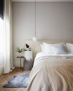 Top interior design tips to create a calm and relaxing bedroom. Interior Design Advice, Decor Interior Design, Interior Decorating, Romantic Hotel Rooms, Serene Bedroom, Calm Bedroom, Master Bedroom, Neutral Bedrooms, Masculine Bedrooms