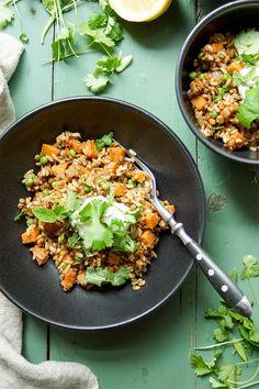 Linsen-Reis-Pilaw (Reispfanne) mit Süßkartoffel ist ein orientalisches Rezept mit vielen gesunden Zutaten wie brauner Vollkornreis, Linsen, Süßkartoffel und Erbsen. Viel mehr Gesundheit geht fast nicht. Der Reis und die Linsen können im Voraus gekocht werden. Das Rezept ist vegetarisch und glutenfrei. Einfache Gesunde Rezepte - Elle Republic