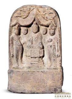 石雕佛菩薩弟子像  唐 開元七年(719年) 高32厘米,寬20厘米 此龕內正中為結跏趺坐阿彌陀佛像,兩側分立脅侍弟子和菩薩,龕頂飾飛天。