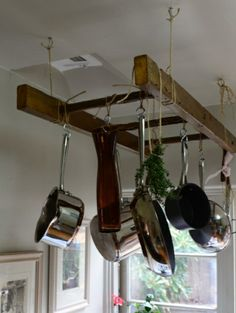 töpfe und pfannen kreative Deko an der Holzleiter pots and pans creative decoration on the wooden ladder Overhead Storage, Hanging Storage, Diy Storage, Hanging Ladder, Creative Storage, Storage Hacks, Hanging Clothes Racks, Storage Shelves, Diy Kitchen