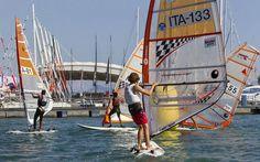 Salone Nautico a Gonfie vele anche per gli Sport Acquatici La 56esima edizione del Salone Nautico internazionale di Genova ha avuto un grande successo, sia come vendite e risultati estremamente positivi nel settore della Nautica, sia per il comparto degli Sp #salonenautico #surf #surfersmagazine