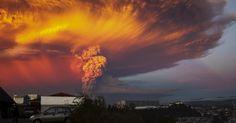 23.abr.2015 - Erupção do vulcão Calbuco após mais de quatro décadas mudou a cor do céu no sul do Chile. O governo do país decretou estado de excepção em cidades próximas ao vulcão Imagem: Sergio Candia/Reuters