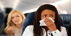 ¿Siente frío en el avión? Aquí algunos tips para su viaje  Muchas de las personas que se enferman después de un viaje, le echan la culpa a algo que comió, a algunos aperitivos que degustaron, o tal vez al mismo viaje en avión, lo cual resulta que éste último podría estar en lo cierto.