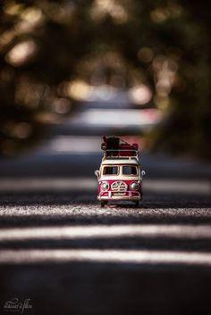 Who loves traveling? by Natassa Triantafillou on Who loves traveling? by Natassa Triantafillou on Miniature Photography, Cute Photography, Creative Photography, Violin Photography, Cool Pictures For Wallpaper, Camera Wallpaper, Dslr Background Images, Miniature Cars, Beautiful Nature Wallpaper