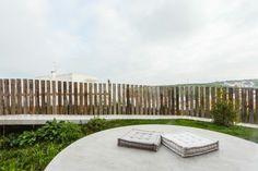 clôture de jardin en bois avec palissade de couleur naturelle