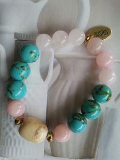 Armband Summer Breeze Een combinatie van grote half edelsteen kralen, turquoise en rozenkwarts, afgezet met Swarovski kralen en grain stone in het midden