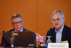 Henry Roediger listens as Bror Saxberg answers a reporter's question at EWA's 68th National Seminar in Chicago. (Photo credit: Mikhail Zinshteyn/EWA)