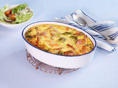 Denne barnevennlige middagsretten kan fort bli en favoritt. Makaroni, pølser, grønnsaker, noen egg og Crème Fraîche i en form toppet med ost er alt som skal...