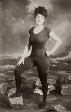 女性がこのようなワンピースの水着を着る権利を主張したアネット・ケラーマン。風紀を乱したとして逮捕される騒ぎになった(1907年頃)
