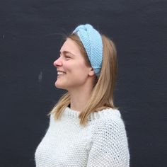 Give your outfit a boost with this pretty headband. The headband is knitted using Nature and Super kid silk. Knitting Patterns Free, Knit Patterns, Free Knitting, Free Pattern, Knit Or Crochet, Crochet Stitches, Free Crochet, Headband Pattern, Knitted Headband