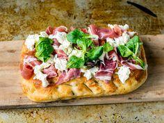 Pizza av focaccia med spekeskinke og mozzarella Recipe Boards, Happy Foods, Parma, Hawaiian Pizza, Chorizo, Mozzarella, Vegetable Pizza, Dinner Recipes, Appetizers