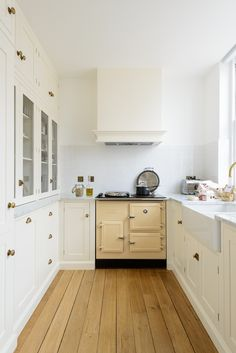 This small but perfectly formed Shaker Kitchen kept all the original features, sash windows and very high ceilings make this kitchen feel grand and spacious even though it is quite small