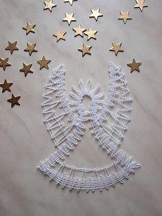 Anjel je vyrobený technikou paličkovanej čipky z kordonetu. Je vhodný ako ozdoba na vianočný stromček alebo vetvičku, možno ho zavesiť kamkoľvek do priestoru, alebo niekomu iba tak pre radosť darov...
