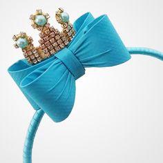 Tiara Modelo Sophia    Tiara com laço durinho forrado em tafetá, um tecido super luxuoso. Em cima do laço, uma coroa de strass.  Perfeita para a sua princesa.    Fazemos em outras cores.  O laço com coroa também pode ser montado na faixa de bebê.    Medidas do laço + coroa - 6,5 x 5,5 cm