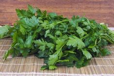 Απαλλαγείτε από τους κιρσούς με φυσικές σπιτικές συνταγές - Με Υγεία Parsley, The Cure, Herbs, Food, Alternative, Medicine, Jojoba Oil, Kidney Health, Health Remedies
