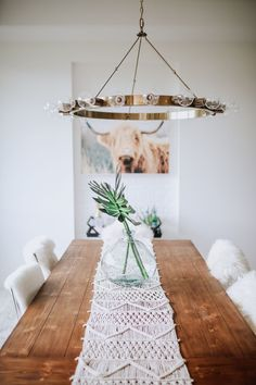 Cozy & Dreamy Home Tour - Gorgeous dining area with copper light fixture macrame table runner and greenery. Cozy & Dreamy Home T Modern Farmhouse, Farmhouse Decor, Décoration Harry Potter, Copper Light Fixture, Table Diy, Diy Home Decor For Apartments, Decoration Christmas, Wall Decor, Room Decor