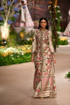 Reynu Taandon ICW 2018 collection has amazing bridal pink reception lehengas along with some surprise new mehendi lehengas that I highly recommend checking. Pakistani Dress Design, Pakistani Outfits, Indian Outfits, Indian Attire, Indian Wear, Long Jacket Lehenga, Mode Abaya, Kurti Designs Party Wear, Abaya Designs