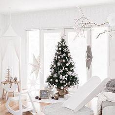 Vaikka aloitan joulun fiilistelyn mielelläni jo marraskuussa, karkaavat ajatukset kevääseen heti tammikuun alussa. Kaikki joulukoristeet tekee mieli pakata varastoon, jätän vain kynttilät, taljat ja lastenhuoneen tunnelmavalot. Tavallaan oli jo ihan mukava palata arkeen herätyskellon soidessa aamulla ja voihan sitä elämästä nauttia loman ulkopuolellakin! Mukavaa viikkoa ystävät • • • : @rosegrace_photography Carmen this space is magical✨ Love everything about it! And Sarah did amazing j...