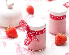 Des yaourts très fruités aux fraises mixées.