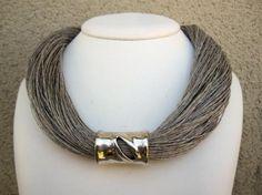 collar lino natural y cilindro metálico con lágrima fantasia color plateado  lino natural,pieza metalica fantasia,metal plateado engarzado,anudado