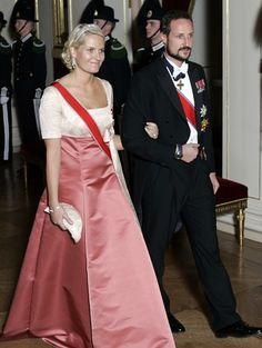 """Kronprinsesse Mette Marit med """"The Diamond daisy tiara"""" og Kronprins Haakon i Kong Haralds 70 årsdag 2007"""