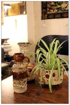 En Valnot podrás encontrar estos jarrones vintage alemanes, al igual que este macetero del mismo estilo.   #valnot  #barcelona #santantoni  #retro #vintage #reciclaje #tallerderestauracion   #decoracion #curiosidades #jarrones #cerámica #macetero #lampara