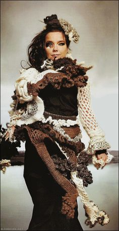 Björk in freeform crochet. I LOVE free form crochet! Freeform Crochet, Crochet Art, Crochet Ideas, Gloomy Sunday, Crochet Costumes, Magnolia Pearl, Art Textile, Crochet Clothes, Wearable Art