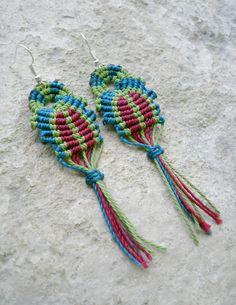 Boucles d'oreilles ethniques originales en macramé - bleu vert rouge : Boucles d'oreille par stonanka